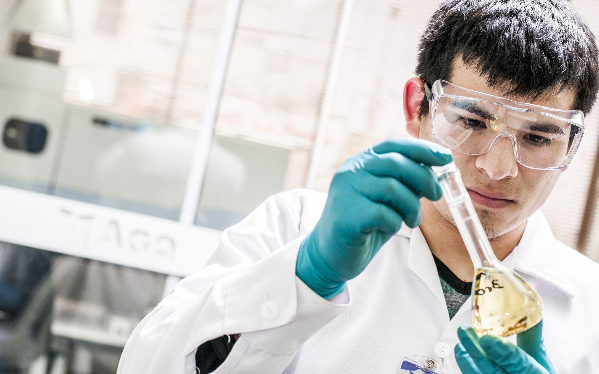 Técnico de laboratorio de AGQ Labs Costa Rica